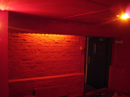 Dundee's Balcony Bar: red chill room after