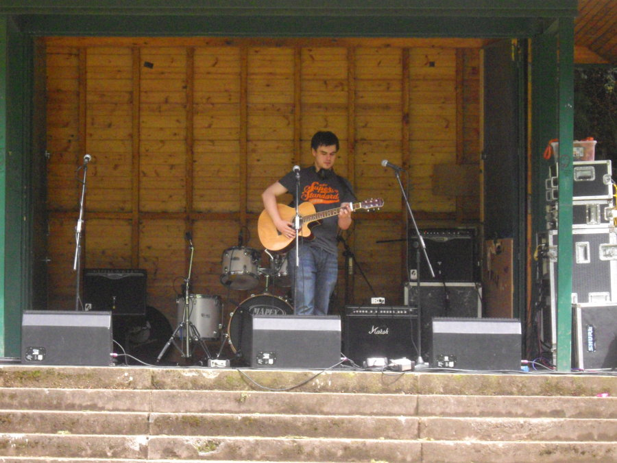 DD8 Music Live in the Den Kirriemuir 2014 with Gary Taylor and his loop pedal